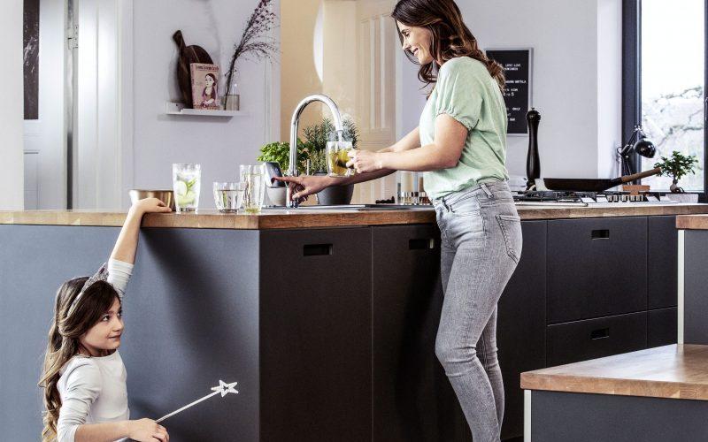 Multifunktionale Trinkwasserarmaturen schaffen Platz in der Küche